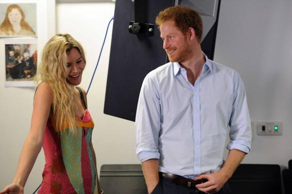 Sourires, regards… Le prince Harry très complice avec une célèbre chanteuse