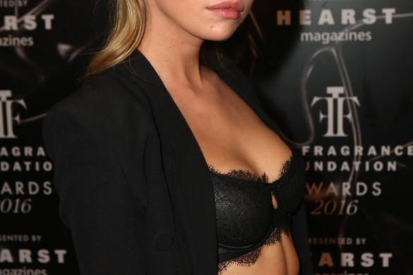 Stella Maxwell, l'ex de Miley Cyrus, pose lascive et seins nus