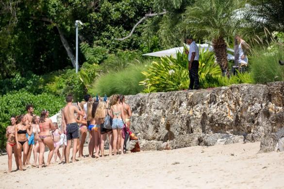 Justin Bieber harcelé par ses fans durant ses vacances à la Barbade ! (Photos)