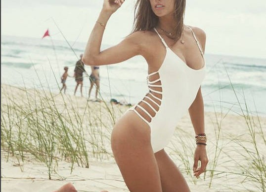 Alessandra Ambrosio pose seins nus et enflamme Instagram (photos)