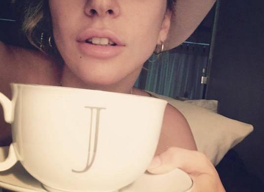 Lady Gaga poste un selfie au naturel pour remercier ses fans