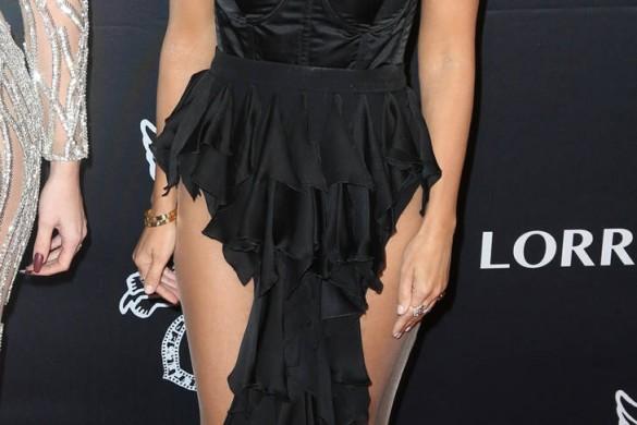 Kourtney Kardashian en robe très fendue dévoile (presque) ses fesses