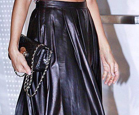 Tendance mode : comme Dakota Johnson, on ose la jupe plissée !