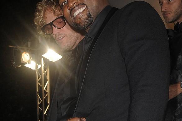 Kanye West sort un nouveau clip déjanté dans lequel de nombreuses personnalités apparaissent nues !