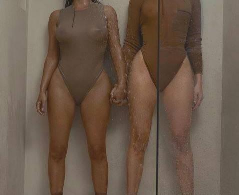 Khloé et Kim Kardashian se dévoilent (presque) nue pour soutenir Kanye West (photos)