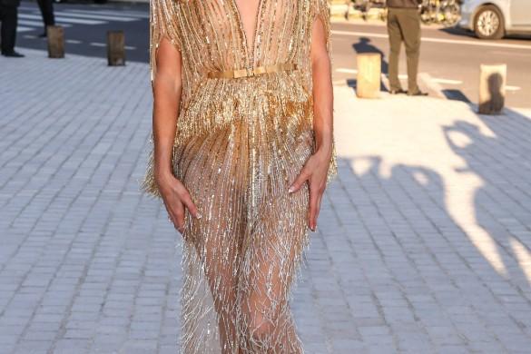 Claire Chazal tout sourire, Charlotte Le Bon amoureuse, Malika Ménard décolletée : les stars s'affichent à la Fashion Week
